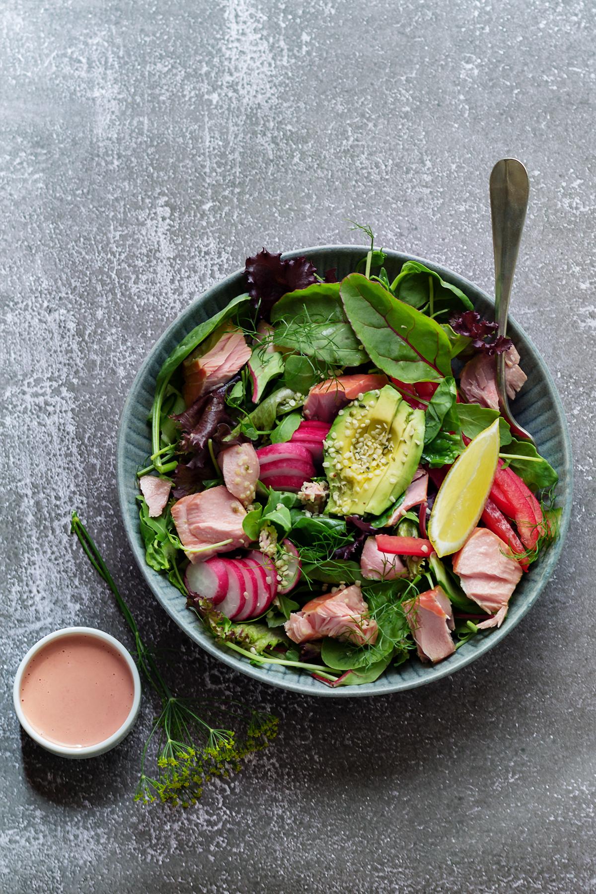 szybka sałatka łosoś zdrowo odchudzanie dieta lchf